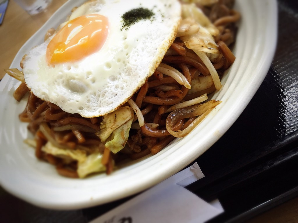山田さんオススメ、たけしや本店のソース焼きそば。エッジのたった麺に大量の野菜、お腹いっぱいになります!