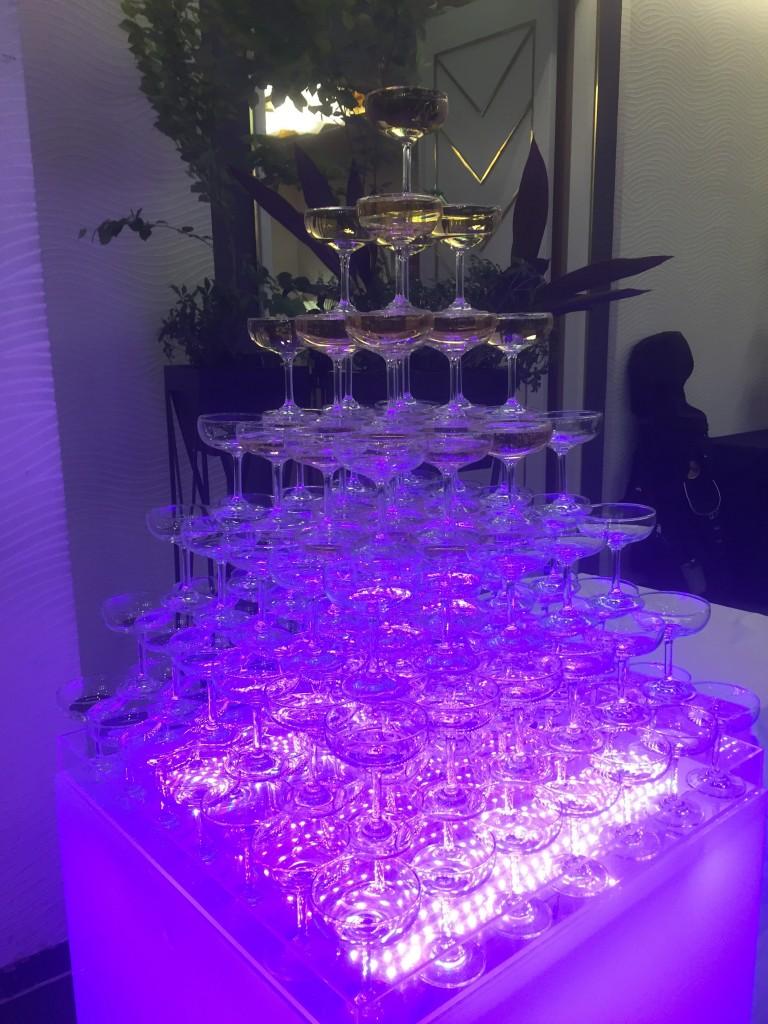 まるでバブル!のシャンパンタワーセレモニーあり